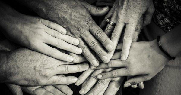 hands-4114905_1280-min